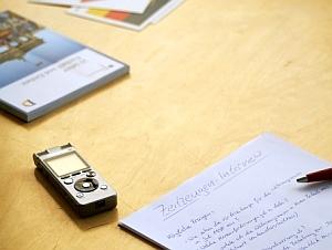 Zeitzeugen-Interview mit Fragebogen und Aufnahmegerät